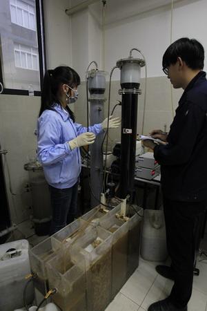 博瑞德技术人员正在做化工废水连续生化试验