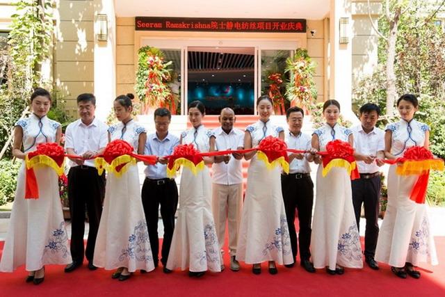 2017年9月16日,西拉姆·拉玛克里西纳院士(中)静电纺丝项目举行开业典礼