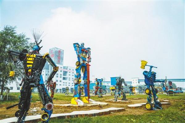 """德龙钢铁邢台厂区的""""金刚园""""内,由废旧零件和钢铁边角余料搭建而成的变形金刚栩栩如生。"""