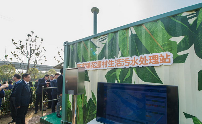 """上海电气环保集团为崇明区陈家镇花漂村量身定制的一款一体化生活污水万博manbetx电脑客户端下载站。自2017年5月起,花漂村附近100户农家每天所排放的约30吨生活污水,经由这个""""集装箱""""的生物万博manbetx电脑客户端下载、吸附除磷等""""动作""""后,出水水质稳定达到一级A标准。智能化的运维管理系统,则为无人值守的""""集装箱""""长期无故障稳定运行""""保驾护航"""",经受住冬季低温、春节负荷巨增的考验。"""