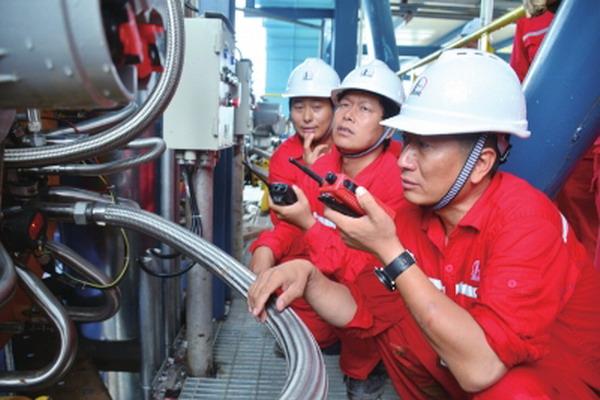 元坝气田天然气净化厂的工人师傅在检查高压锅炉运行情况