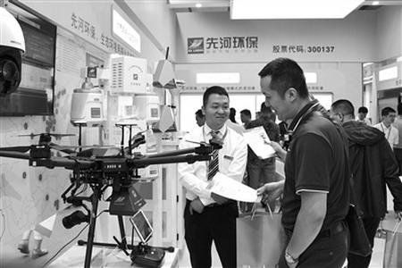 图为CIEPEC2018展会上,环保公司向参观者展示最新的环保技术设备。(赵晓宇摄)