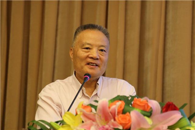 中国工程院院士、火箭军后勤科学技术研究所所长侯立安在论坛上做报告。