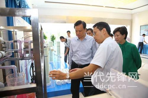 陈敏尔(左)在贵阳时代沃顿科技优优彩票APP考察复合反渗透膜制造项目时听取蔡志奇(中)的情况介绍