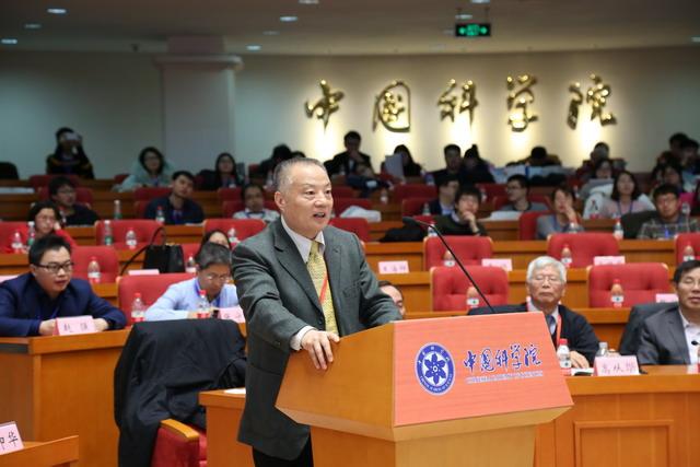中国工程院院士、中国膜工业协会名誉理事长侯立安主持报告会
