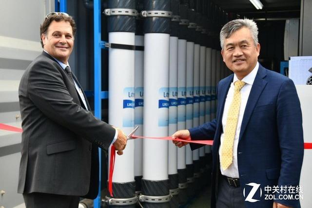 立升董事长陈良刚与澳洲上亨特郡代表为水厂的正式运行剪彩