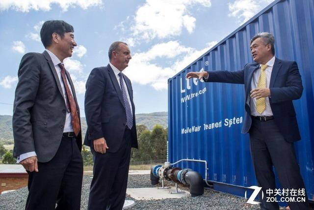 陈良刚董事长向澳大利亚国会议员迈克尔·约翰森(Michael Johnsen)讲解立升超滤膜技术